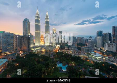 Kuala Lumpur skyline et gratte-ciel de nuit à Kuala Lumpur, Malaisie. Banque D'Images