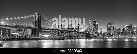 Manhattan Skyline prises de Brooklyn avec pont de Brooklyn à l'avant-plan. New World trade Center visible