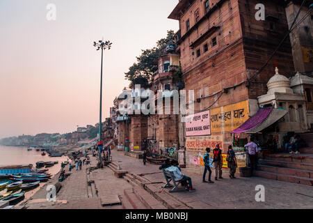 Varanasi, Inde - le 22 novembre 2017: Gange ghat et personnes dans l'heure du coucher du soleil Banque D'Images