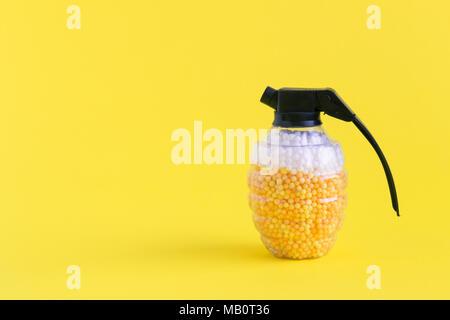 Grenade à main bombe jouet plein de balles de mousse en forme de bière et un minimum de mousse concept créatif. L'espace pour copier. Banque D'Images