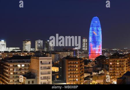 Torre Agbar ou gloires dans la nuit paysage urbain de Barcelone, Catalogne, Espagne Banque D'Images