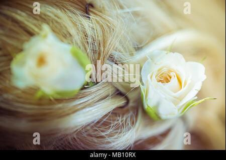 Coiffure de la Mariée - Les roses blanches dans les cheveux Banque D'Images