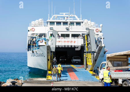 L'embarquement des passagers et des véhicules Daskalogiannis ferry vers Loutro, Hora Sfakion, Sfakia, Chania, Crete Région (Crète), Grèce Banque D'Images