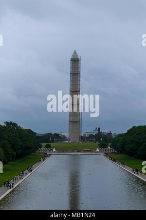 Washington Monument à miroir dans le miroir d'eau avec des nuages dans le District de Columbia DC USA Banque D'Images