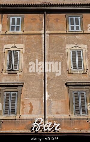 Un bar signe sur un immeuble à Rome, Italie. Contrairement à certains endroits dans le monde un Bar est l'endroit où vous souhaitez aller pour acheter un café en Italie, d'autres vendent de l'alcool mais e Banque D'Images