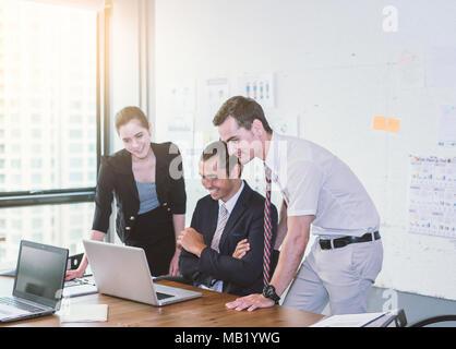 L'équipe d'avoir l'aide d'ordinateur portable pendant une réunion et présente. Banque D'Images