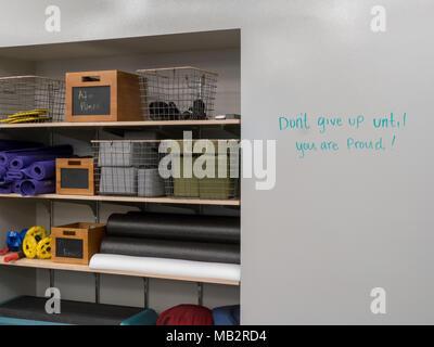 La durée d'un équipement de sport dans une salle de sport moderne avec 'Don't motivation abandonner' sur tableau blanc de sport moderne Banque D'Images