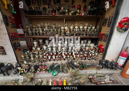 Une boutique de souvenirs vendant des poupées Marionnettes traditionnelles à Hanoi - Vietnam - Asie Banque D'Images