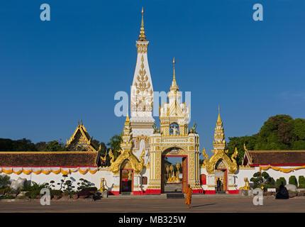 Moine en face de Chedi de Wat Phra That Phanom, temple complexe dans Amphoe que Phanom, province Nakhon Phanom, Isan, Thaïlande Banque D'Images