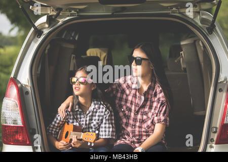 Happy little Girl with asian family dans la voiture pour profiter de la route et les vacances d'été dans le camping-car Banque D'Images