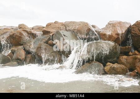 Mer vague se brisant sur les rochers Banque D'Images