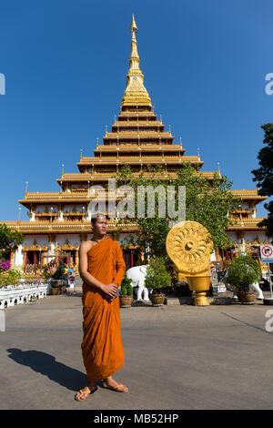 Le moine bouddhiste se trouve en face de neuf étages stupa Phra Mahathat Kaen Kakhon, Wat Nong Waeng Temple, Khon Kaen, Isan, Thaïlande Banque D'Images