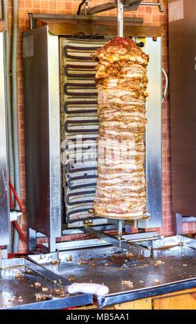 Fast food traditionnel Bain Turc döner kebab viande sur un grill rotatif, la viande grillée Banque D'Images