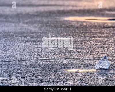Morceaux de glace froid brillant clair sur la banquise. Structure de la glace naturelle dans selective focus photo. L'éclat des couleurs de coucher de soleil polaire. Banque D'Images
