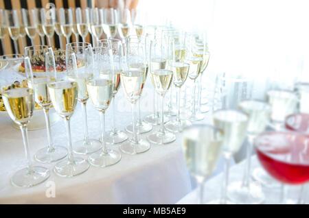 Champagne dans la glases sur la table du buffet Banque D'Images
