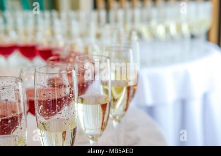 Restauration bar de célébration. La beauté de l'intérieur de jour de mariage. Champagne dans la glases sur la table ronde