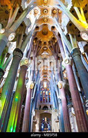 Intérieur de la Basilique de la Sagrada Familia d'Antoni Gaudi à Barcelone, Espagne Banque D'Images