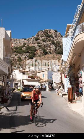 Kritsa, village de montagne près de Agios Nikolaos, Crète, Grèce. 2017. Cycle femme rider passant par Kritsa Banque D'Images