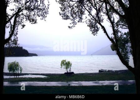 Vue sur le Lac Wakatipu de Queenstown, Nouvelle-Zélande Île du Sud, un jour de pluie au printemps Banque D'Images