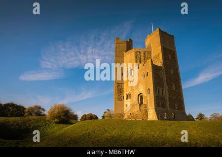 Château UK, vue au coucher du soleil du 12ème siècle bien conservé donjon géré par le National Trust à Orford, Suffolk, Angleterre. Banque D'Images