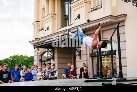 Uzhgorod, Ukraine - Jun 10, 2016: les participants de sports de plein air. la concurrence dans le championnat d'Uzhgorod. Les jeunes hommes montrent leur compétence sur l'aren Banque D'Images