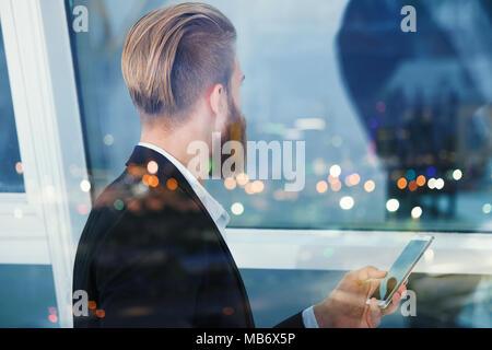 Businessman semble bien pour l'avenir dans la nuit. Concept de l'innovation et de démarrage Banque D'Images