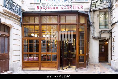 Entrée du bouillon Chartier - restaurant historique fondée dans une ancienne gare en 1896, classé comme monument, Paris, France. Banque D'Images