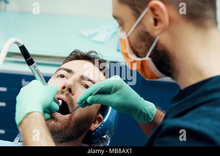 Dans son travail de dentiste Clinique médicale Banque D'Images