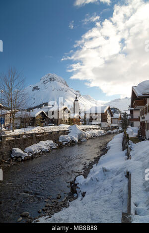 Vue de la ville Lech am Arlberg, à proximité de la station de ski alpin de Zurs, St Anton et Stuben, dans la région de l'Arlberg en Autriche. Banque D'Images
