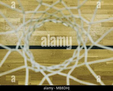 Voir par panier de basket-ball. À la recherche de plancher par filet blanc de haut en bas. Banque D'Images