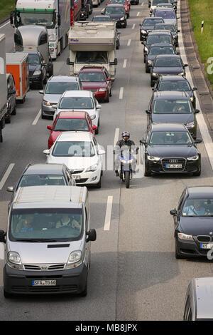 Biker dans traffic jam Banque D'Images