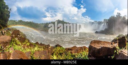 Iguazy Falls panorama avec cascades cascades arc-en-ciel et à vapeur, côté Argentin Banque D'Images