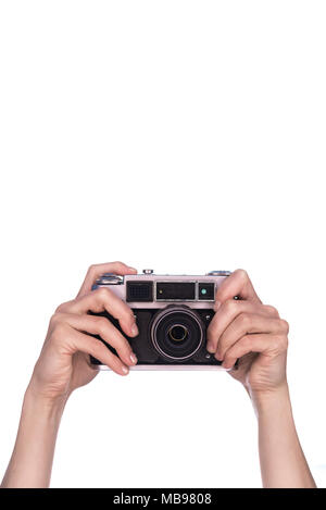 Les mains tiennent vintage camera sur fond blanc
