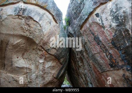 Close up of natural boulder archway à Sigiriya (le Rocher du Lion), près de Dambulla, Sri Lanka. Les roches de granit coloré font partie du chemin vers le sommet Banque D'Images
