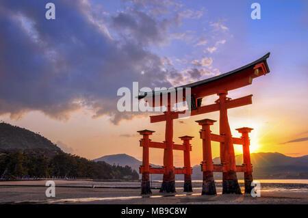 Grand torii de Miyajima au coucher du soleil, près de Hiroshima, Japon Banque D'Images