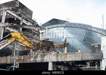 Les travaux de démolition et de réaménagement au Queen écran Station sur George Square révélant vieux bâtiment atrium en verre original , Glasgow, Scotland, United K Banque D'Images