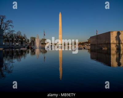Washington monument, en miroir dans le miroir d'eau Banque D'Images