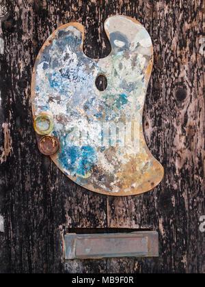 La palette de l'artiste sur la porte d'un studio à St Ives. Banque D'Images