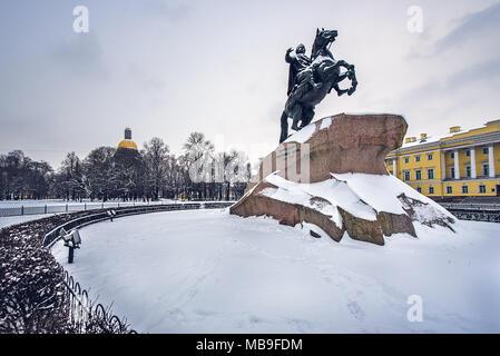 Statue de Pierre le Grand à la Cathédrale St Isaac avec en arrière-plan une scène enneigée. Saint-pétersbourg, Russie