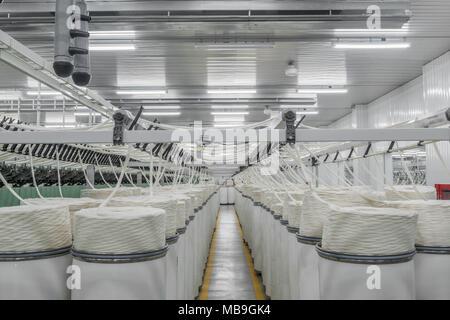 Les machines et le matériel dans l'atelier pour la production de fil, sommaire. intérieur de l'usine textile industriel Banque D'Images