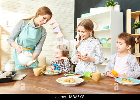 Adorable Family Having Tea Party Banque D'Images
