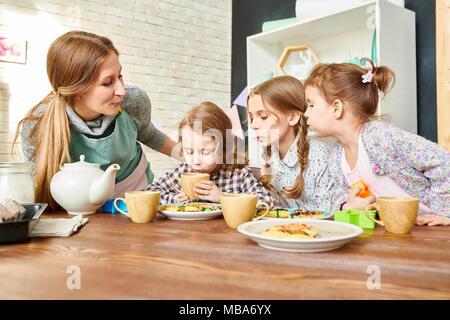 Salle à manger à la famille aimante Banque D'Images