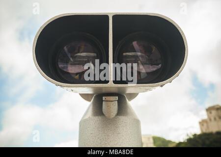 Télescope binoculaire, tons vintage gros plan sur fond de ciel nuageux photo Banque D'Images