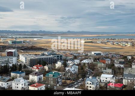 Reykjavik, Islande. La vue depuis la tour de l'église Hallgrimskirkja sur l'aéroport de Reykjavik (OCEC), l'aéroport domestique de la ville Banque D'Images