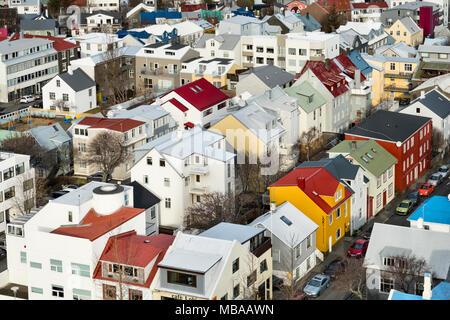 Reykjavik, Islande. La vue depuis la tour de l'église Hallgrimskirkja sur les maisons peintes de couleurs vives dans le centre de la ville Banque D'Images