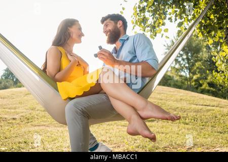 Jeune homme faire de proposition de mariage de belle amie Banque D'Images
