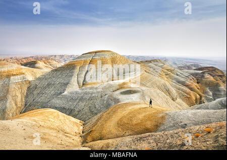 Balades touristiques au Trail sur la montagne jaune surréaliste dans le parc du désert Altyn Emel au Kazakhstan Banque D'Images