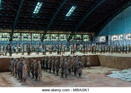 L'Armée de terre cuite a été trouvé gravement endommagé lors de la découverte en 1974. Les Warriors ont été patiemment rassemblés. Mausolée du premier Qi Banque D'Images
