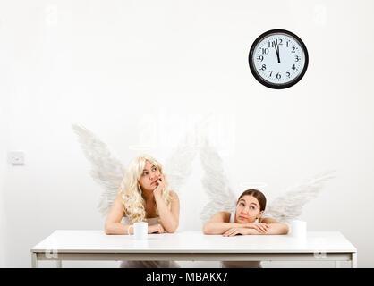 Deux anges ayant une pause-café (copie de Raphael's 'Little Angels' dans la Madone Sixtine) Banque D'Images