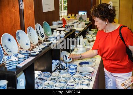 Japon Tokyo Shinjuku hall de l'Hôtel Keio Plaza bols assiettes tasses en céramique pots afficher la pièce Asian woman shopping inspection Banque D'Images